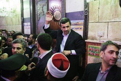 Ираны Ерөнхийлөгч рүү гутал шидлээ