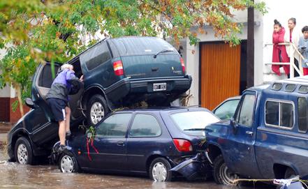 Аргентинд болсон үерээр 46 хүн амиа алдав