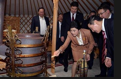 Эрх баригчид Йинлак Чинаватаг онцгойлон хүндэтгэхийн учир