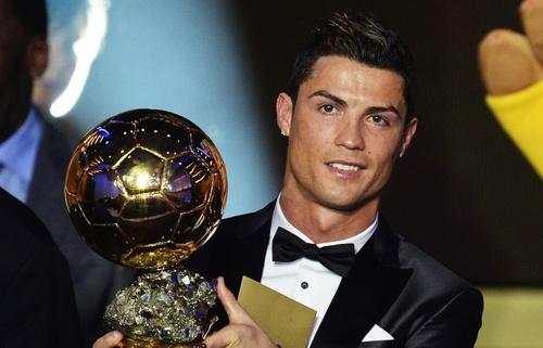 """Криштиану Роналду """"Алтан бөмбөг"""" шагнал хүртлээ"""