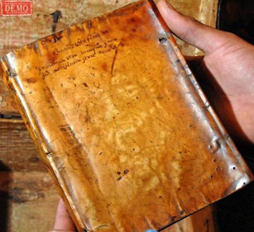Хүний арьсаар ном хавтасладаг байжээ