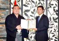 """Хакухо М.Даваажаргалд """"Монгол Улсын соёлын элч"""" өргөмжлөл гардууллаа"""