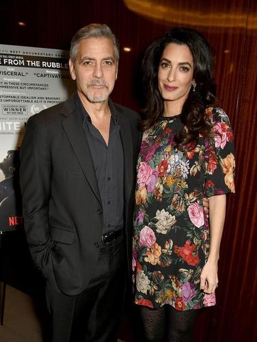 Хөл хүнд Амаль Клуни олны өмнө гарав