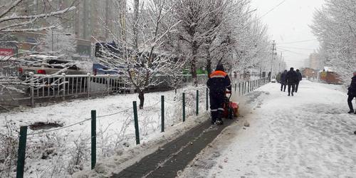 Нийтийн эзэмшлийн зам талбайн цасыг цэвэрлэж байна