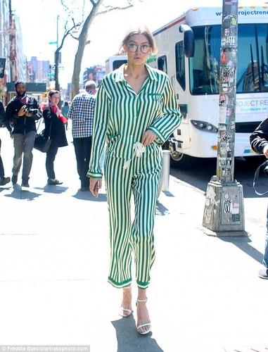Унтлагын хувцастай Нью-Йоркийн гудманд алхсан загвар өмсөгч