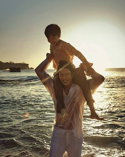 """Korean drama: Гвон Сан Ү хуримын ойгоороо """"Marie Claire"""" сэтгүүлд гэр бүлийн зургаа авахуулав"""