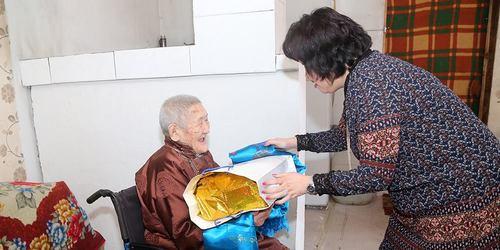 Хотын дарга 98, 99 настай ахмадуудад хүндэтгэл үзүүлэв