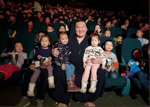 Хакүхо М.Даваажаргал асрамжийн газрын хүүхдүүдтэй хамт кино үзэв