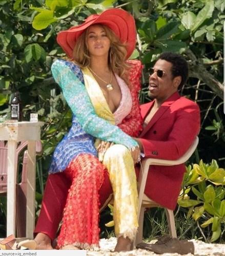 Hollywood scandal: Jay-Z, Бейонсе нар өөрсдийн зургаараа ном гаргав
