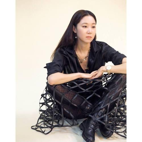 """Гон Хюжин """"Vogue Taiwan"""" сэтгүүлийг чимлээ"""
