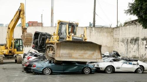 Филиппиний ерөнхийлөгч олон нийтийн өмнө үнэтэй машинуудыг сүйтгэв