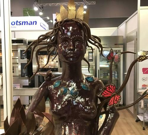Монгол бүсгүйн урласан шоколадан эмэгтэй алтан цом хүртжээ