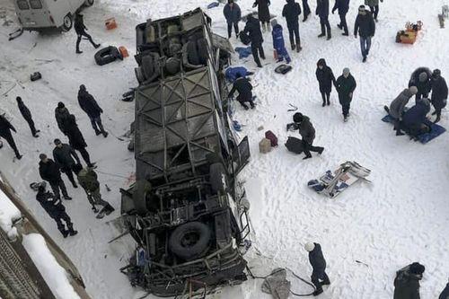 40 гаруй зорчигчтой автобус гүүрнээс гол руу унасан осол ОХУ-д гарчээ