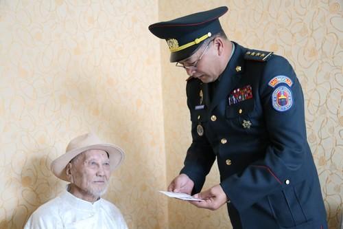 102 настай ахмад дайчин Ш.Багаажавт хүндэтгэл үзүүллээ