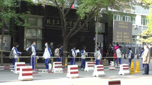 Бээжин хотын сурагчид биеийн халууныг хянах бугуйвчтай хичээлдээ оржээ